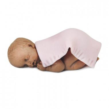 Figurine de bébé à peau noire avec couverture rose