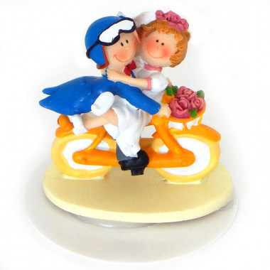 Figurine de mariés sur leur moto jaune