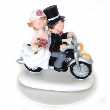Figurine de mariés romantique sur leur moto