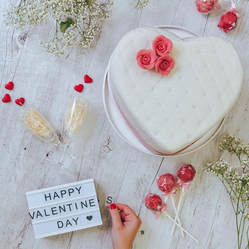 Deluxe witte Valentijnsdagtaart in hartvorm-dubbele hoogte Influencer